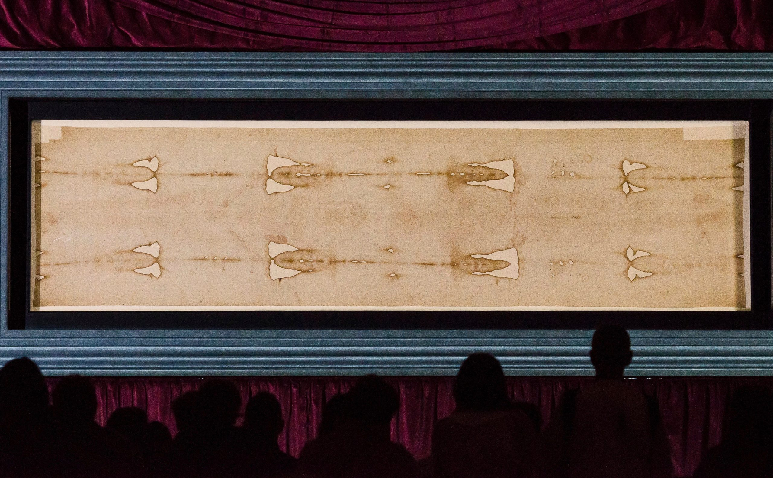 Pilgrims viewing the Shroud during an exposition in 2015 (Stefano Guidi / Shutterstock)